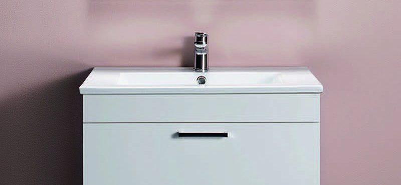 Hafa Go tvättställsskåp med matt lack i vitt och svart eller i vit högblank med mjukstängande låda som ger generös förvaring. Enkelt att installera med skena på vägg. Komplettera med nedsänkt handfat, 3790 kr.